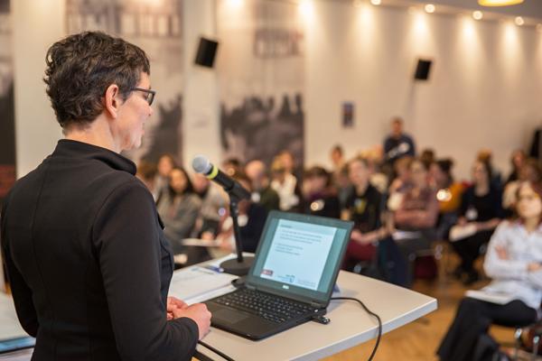 Prof. Dr.-Ing. Corinna Bath spricht vor Publikum