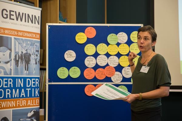 Workshopleiterin Prof. Dr. Juliane Siegeris sortiert Ergebnisse an einer Stellwand