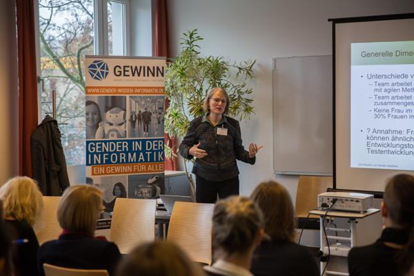 Prof. Dr. Martine Herpers spricht vor den Teilnehmer/innen ihres Workshops