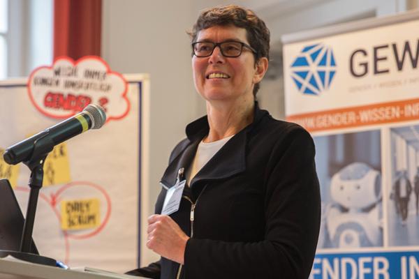 """Prof. Dr. Corinna Bath während ihres Vortrags """"Agile Softwareentwicklung aus den Perspektiven der Geschlechterforschung"""""""