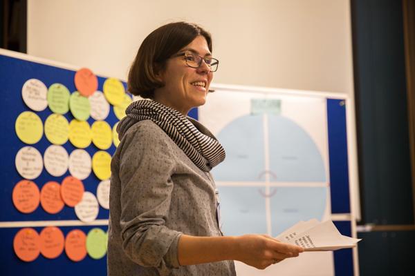 Anne Weibert trägt Ergebnisse der Diskussion zusammen