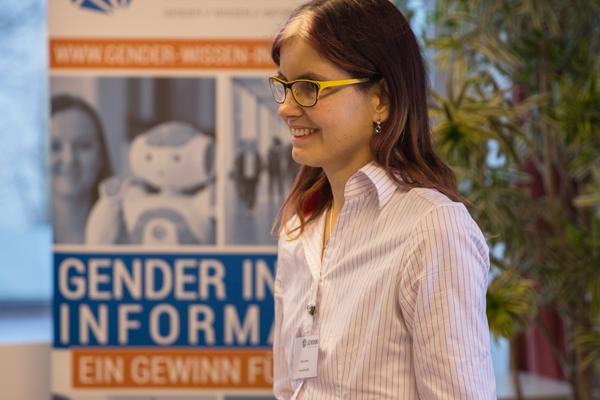 Miriam Hamel steht während des Workshops am Rednerpult